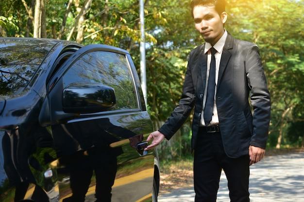 Man öffnet autotür