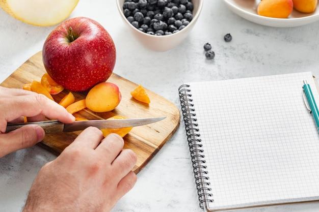 Man? ooking gesundes essen in der küche. gesundes lebensstildiät-lebensmittelkonzept