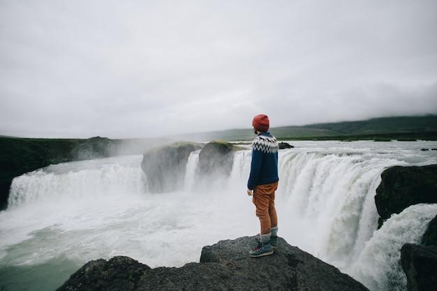 Man reisender gehen arund isländische landschaft
