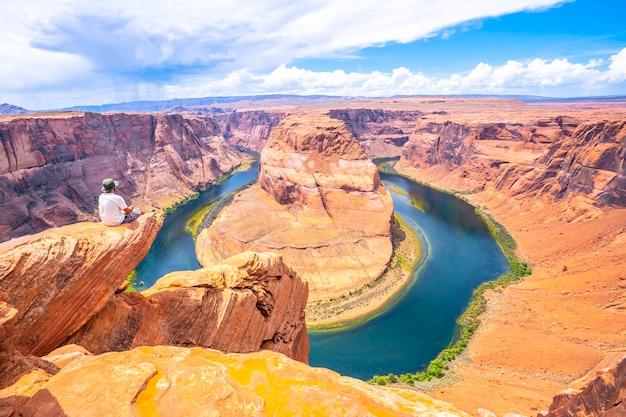 Man sieht füße sitzen und horseshoe bend, arizona, beobachten. vereinigte staaten
