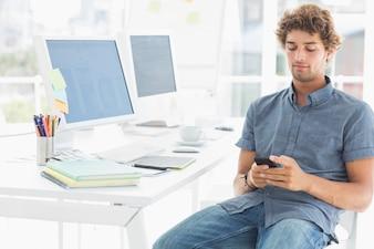 Man SMS in einem hellen Büro