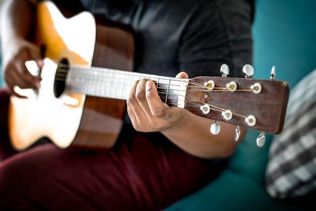 Man spielt eine akustische gitarre