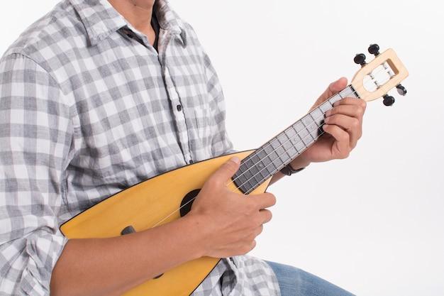 Man spielt ukulele