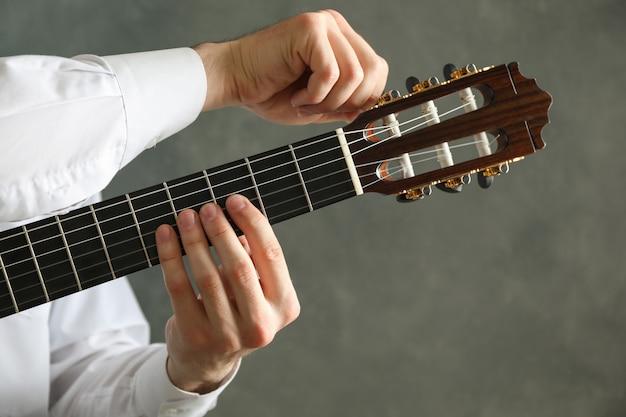 Man stimmt klassische gitarre