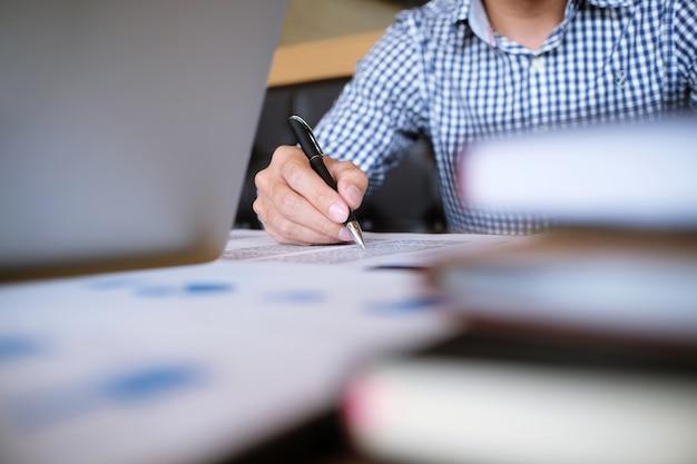 Man student schreibt informationen aus portable tablette während vorbereitung für vorträge auf universitätscampus