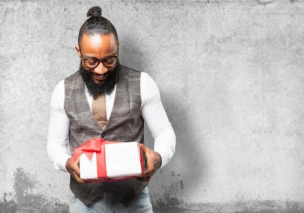 Man sucht auf einem weißen geschenk mit roter schleife