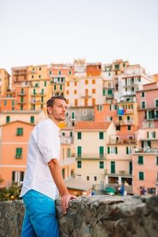 Man tourist im freien im italienischen dorf im urlaub