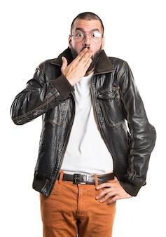 Man trägt eine lederjacke mit überraschungsgeste