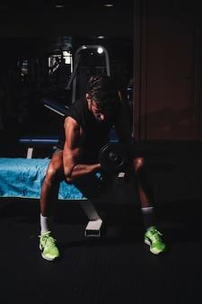 Man training in der turnhalle