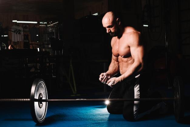 Man training mit bar im fitness-studio