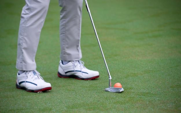 Man training und aufwärmen vor dem golfspielen.