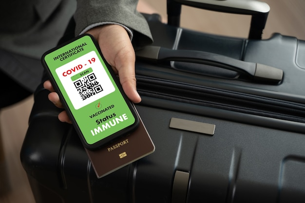Man travel immigration passport map zum nachweis einer impfbescheinigung gegen die covid19 am flughafen