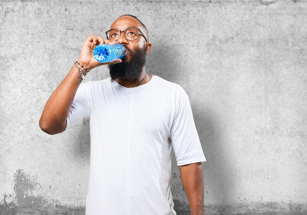 Man trinkt aus einer wasserflasche