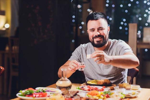 Man trinkt wodka an einem großen tisch mit essen und snacks fett.