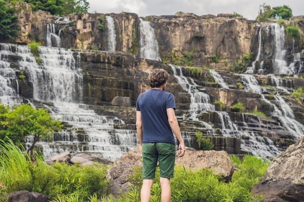 Man wanderer tourist auf dem hintergrund des erstaunlichen pongour wasserfalls ist berühmt