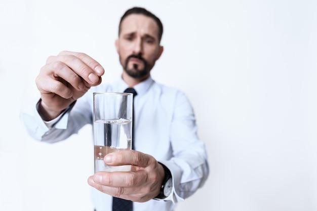 Man warf eine pille ins wasser vor kopfschmerzen.