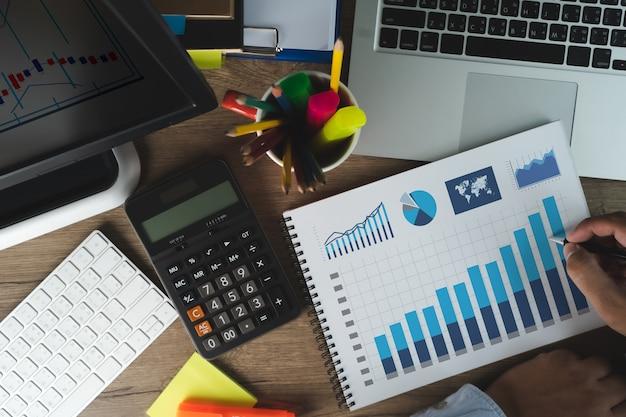 Man work performance marketing intelligenz und business analytics analyse wachstumsfortschritt