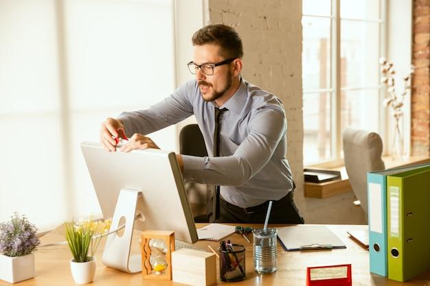 Management. ein junger geschäftsmann, der im büro umzieht