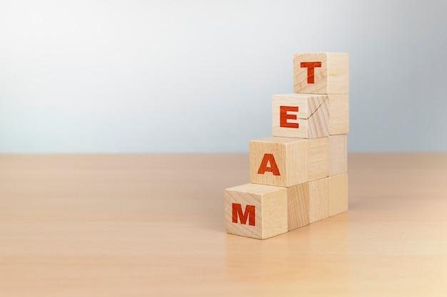 Management- und rekrutierungsgeschäftskonzept, hand, der holzwürfelblock auf obere pyramide setzt, kopierraum
