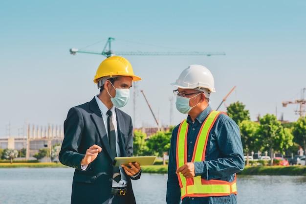 Manager arbeiten mit ingenieurbau-tablet-technologie