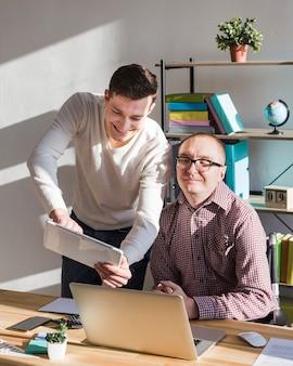 Manager arbeitet eng mit kollegen zusammen