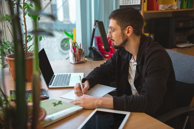 Manager arbeitet konzentriert im büro