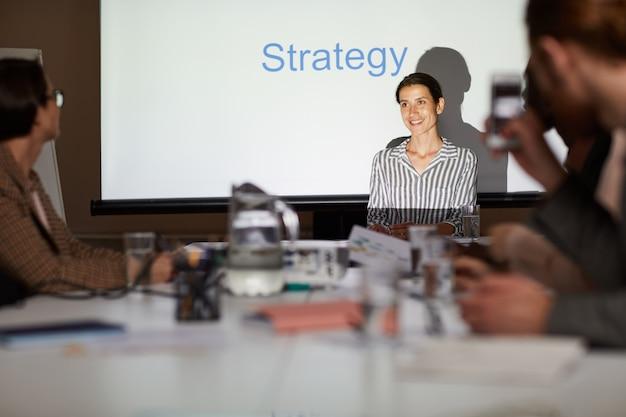 Manager bietet strategie beim meeting an