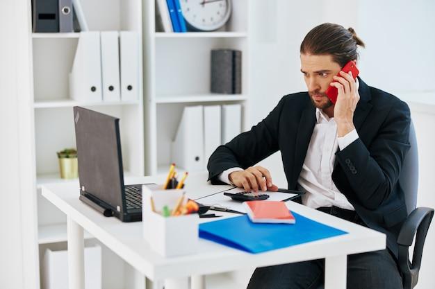 Manager-büroarbeitsdokumente mit einem telefon in der hand-technologie