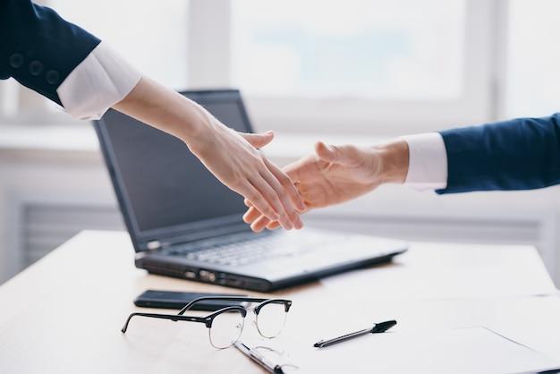 Manager business deal teamwork kommunikation finanztechnologien