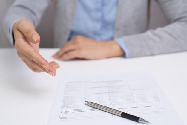 Manager, der den vertrag erklärt, enthält zum kunden