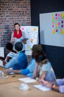 Manager, der eine besprechung mit einer gruppe kreativer designer leitet