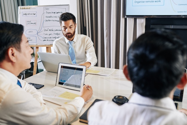 Manager der finanzabteilung haben eine brainstorming-sitzung und diskutieren möglichkeiten zur überwindung der globalen finanzkrise