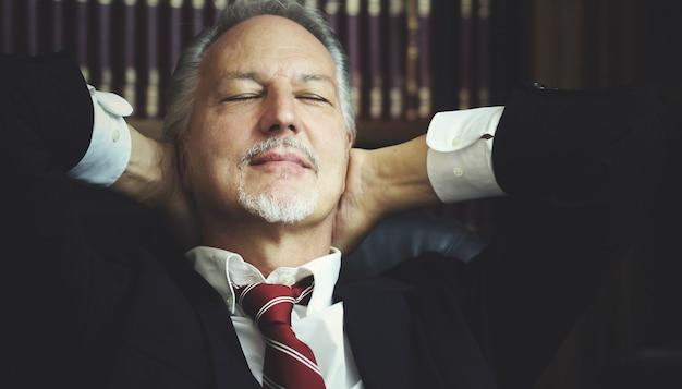 Manager, der in seinem büro sich entspannt