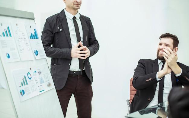 Manager, der neben dem geschäftsprojekt bei der präsentation eines neuen finanzprojekts steht