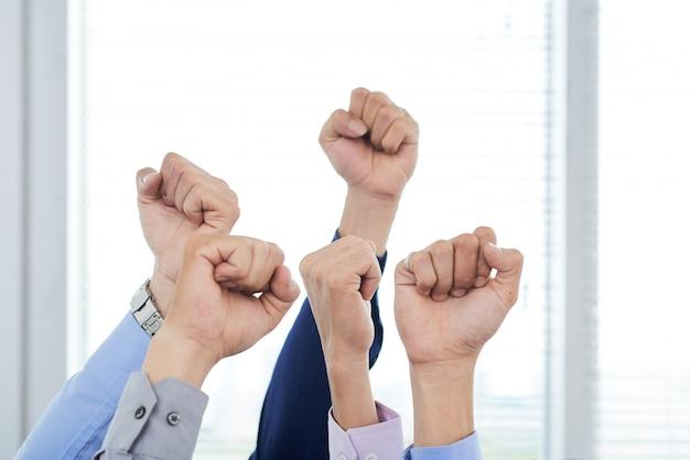 Manager, die geballte fäuste zeigen