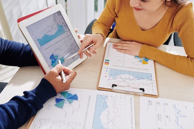 Manager, die mit finanzdiagrammen arbeiten
