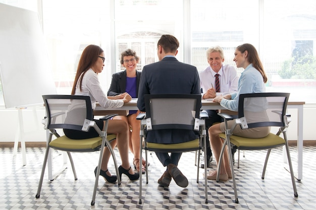 Manager diskutieren board mitarbeiter jung