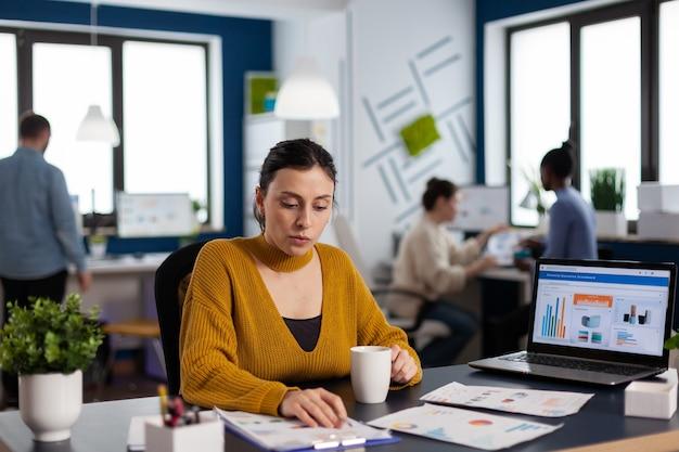 Manager eines finanzunternehmens, das statistiken analysiert und das team an der frist arbeitet