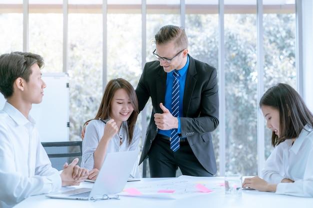 Manager ermutigt büroangestellte, die den arbeitsplan des zielunternehmens tun können