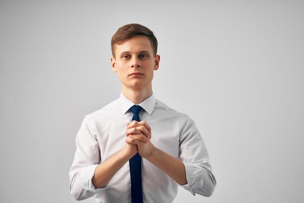 Manager gestikuliert mit den händen büroarbeit professionelle emotionen