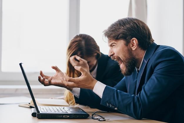 Manager im büro vor einem laptop karriere berufstätige