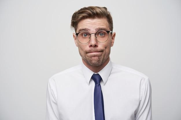 Manager in einem stupor, weiß nicht, was er antworten oder beraten soll