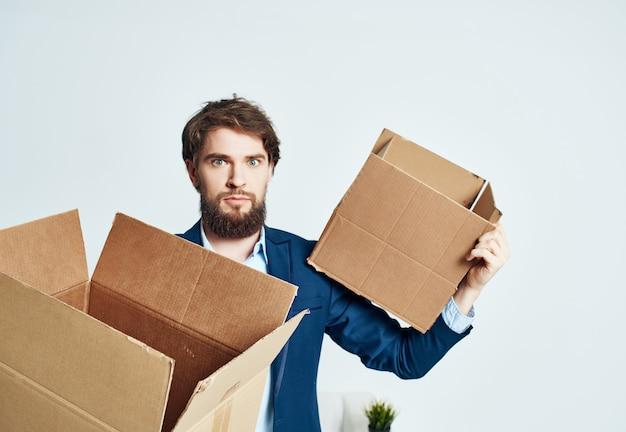 Manager mit kartons mit bürosachen