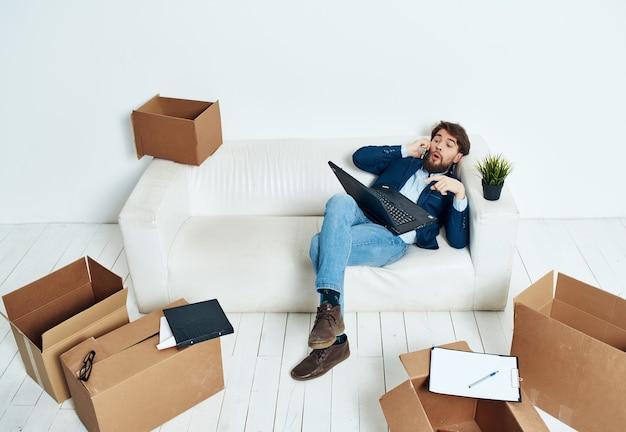 Manager mit kisten neuer arbeitsplatz beim auspacken umzug
