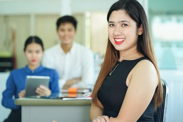 Manager mit mitarbeiter im konferenzraum