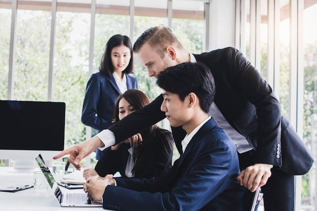 Manager oder chef, die arbeit betrachten und bewundern, indem sie daumen für guten job zeigen
