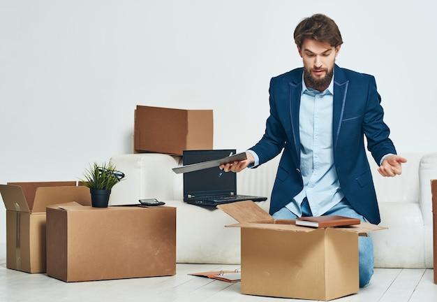 Manager packt sachen aus dem büro neuer arbeitsplatz