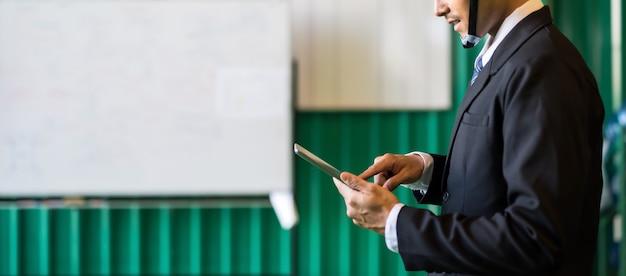 Manager prüft lagerbestand auf tablette im lager