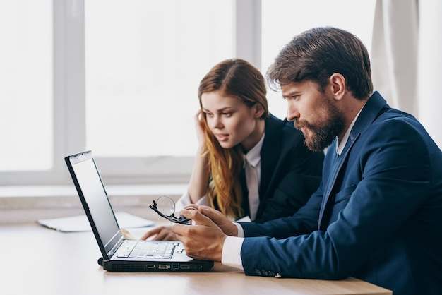 Manager sitzen vor einem laptop teamwork-profis