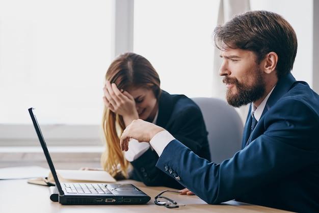 Manager sitzen vor einem laptop teamwork-technologien. foto in hoher qualität